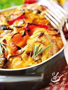 Se cercate un secondo di carne semplice e leggero, per variare il solito menu settimanale, provate la ricetta del Pollo al forno con peperoni e cipolle! #polloconpeperoni
