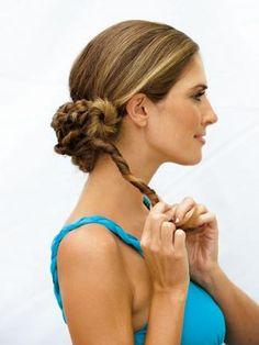 Einfach um den Finger gewickelt: Naturgewelltes oder glattes langes Haar wird so kunstvoll gebändigt. www.fuersie.de/beauty/frisuren/galerie/sommermaehne-hochsteckfrisuren-fuer-das-haar/page/4#content-top