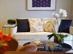 Plantas na sala de estar deixam o ambiente mais acolhedor e alegre. Que tal um vaso na mesa de centro? Inspiração no projeto de Danyela Correa.  #decoração #sala #plantas #flores