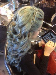Headband braid with soft curls!   Instagram: @hailey_hagler