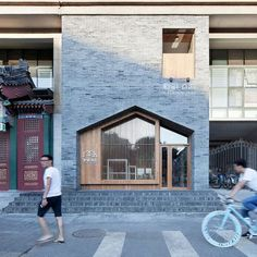 베이징의 작은 호텔은 회색벽돌과 목재를 이용해 현대적 외관을 완성하였다. 회색벽돌과 천연나무, 그리고 유리로 둘러싸인 후통 지역에서 이 호텔은 단연코 눈에 띄는 아이콘이 되었다. 호텔 안으로 들어서면 벽..