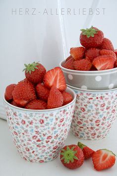 love strawberries....love these bowls.