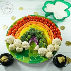 Get the party started off right with this easy and healthy St Patrick's Day Party Appetizer. This festive rainbow vegetable platter will certainly be a crowd pleaser among adults and kids alike. Spinach Appetizers, Irish Appetizers, St Patrick's Day Appetizers, Potato Appetizers, Pizza Appetizers, Appetizer Recipes, Veggie Platters, Party Platters, Veggie Tray