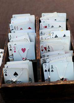 jeu de cartes détourné en présentoir à bijoux