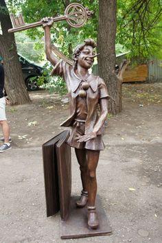 Памятник Буратино. Самара    Памятники мультипликационным персонажам и героям сказок