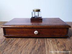 ミッドヴィクトリアンのミニマムなレターツール / Antique Mid Victorian Mahogany Desktop Drawer with Inkwell  美しいマホガニー材で仕立てられた、ヴィクトリア時代中頃のデスクタイディ。  #アンティーク,#イギリス,#小物入れ,#マホガニー,