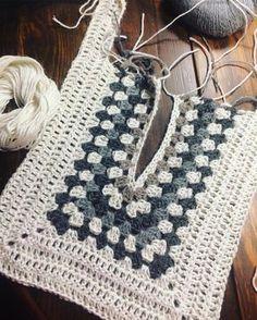 Decote Pull Crochet, Gilet Crochet, Crochet Motifs, Crochet Jacket, Crochet Cardigan, Crochet Granny, Crochet Shawl, Crochet Yarn, Crochet Stitches
