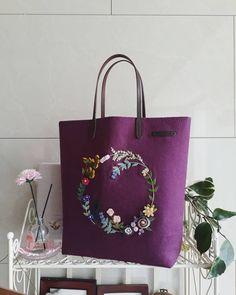 야생화리스(퍼플색) 이쁨 많이 받아라~🎀 #자수가방 #프랑스자수 #자수타그램 #embroider #핸드메이드 #손바느질 #세종시 #범지기마을 #아름동 #꽃자수 Hand Embroidery Flowers, Embroidery Bags, Embroidery Works, Creative Embroidery, Japanese Embroidery, Hand Embroidery Patterns, Embroidery Stitches, Crochet Leaf Patterns, Crochet Leaves