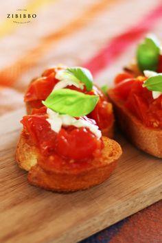 Die Bruschetta mit fruchtigen Vesuvtomaten ist das perfekte Antipasto zu einem leichten Rosé an lauen Sommerabenden. Ciabatta, Bruschetta, Antipasto, Ethnic Recipes, Food, Oven, Tomatoes, Homemade, Simple