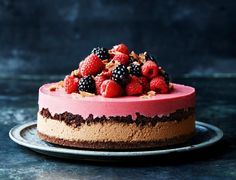 Layer cake with chocolate mousse and raspberries Sweet Recipes, Cake Recipes, Dessert Recipes, Diy Dessert, Danish Food, Homemade Ice Cream, Sweet Cakes, Let Them Eat Cake, Yummy Cakes