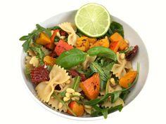 Rezept für einen herbstlich mediterranen Nudelsalat mit Kürbis! Verfeinert mit getrockneten Tomaten, gerösteten Pinienkernen, frischem Rucola und Basilkum.