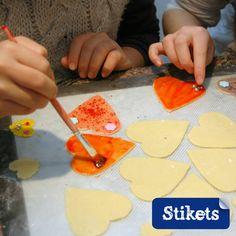 niños pintando galletas san valentin