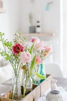Blumen für den Geburtstagstisch, Frühling für die Tischdekoration, Pomponetti Spring Colors, Minimal Design, Diy Hacks, Flower Power, Floral Arrangements, Glass Vase, Diy Projects, Table Decorations, Crafts