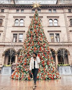 32 Top Trend Christmas Outfits Ideas You Need To Try For Christmas - Artbrid - New York Christmas Tree, Christmas Trends, Christmas Outfits, New York Fashion, Winter Fashion, New York Weihnachten, Winter Senior Pictures, Nyc Instagram, New York Winter