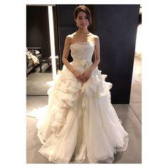 * * * 【#akemiaiドレスの旅】 #ヴェラウォンブライド銀座本店 さん1着目 #ヴェラウォン さんの店舗もドレスも 本当に素敵でした こちらはあいりちゃん(@pink.hayley.pink )が着ていて 憧れていた#heyley✨✨ #ピンクヘイリー は銀座本店限定みたいです 切り替え部分がウェストより下で かわいいと綺麗を兼ね備えてるんです そして、私のツボなふんわり感 前から見ても後ろから見ても素敵でした 自分のジャストサイズに合わせてくれるみたいです うっとりでした * 私のインスタさんの不具合でいろいろ消えて悲しい * #dress #weddingdress #bride #muse5cco #ウェディング#ウェディングドレス#ブライダル #ヴェラウォン#verawang#ヴェラウォンブライド#verawangbride #heyley #ドレス試着 #ドレスレポ #Dressy花嫁 #ハナコレドレスレポ #プラコレwedding #レイウェディング #全国のプレ花嫁さんと繋がりたい #ゼクシィ花嫁#リゾ婚#リゾート婚#farnyレポ…