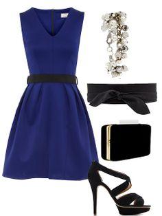 Vestido negro con accesorios azul rey