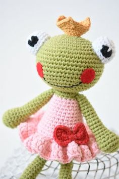 Amigurumi frog princess based on a free pattern by lilleliis