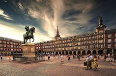 Hay hermosas estatuas de caballo en la Plaza Mayor.