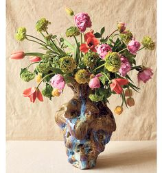 A De Kooning-Inspired Flower Arrangement A vase in sync with the Abstract Expressionist's vital style begets a bouquet by floral designer Li...
