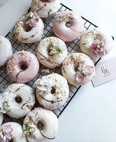The kind of treats you want to see on your desk breakfast tray and wedding favors via . Fancy Donuts, Cute Donuts, Mini Donuts, Doughnuts, Wedding Donuts, Wedding Desserts, Wedding Favors, Donut Kill My Vibe, Cake Pops