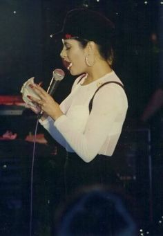 Selena always made time for her fans...she even signed autographs on stage♥