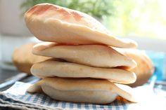 Home made pita Norwegian Food, Types Of Bread, Always Hungry, Yummy Food, Tasty, Piece Of Bread, Pastry Recipes, Hot Dog Buns, Great Recipes