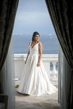 Vestido da Pronovias escolhido por Paloma. O casamento de Paloma e Tiago foi publicado no  Euamocasamento.com, e as fotos são de Sergio Greif.  #euamocasamento #NoivasRio #Casabemcomvocê