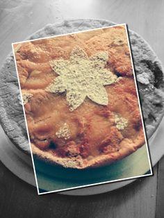 Una torta senza olio, burro, latte e zucchero. È una cosa possibile? Cosa non si fa per andare incontro alle restrizioni alimentari di una grande famiglia! È proprio vero che la necessità aguzza l'ingegno!