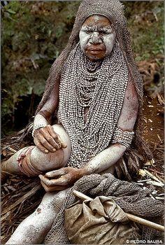 Widow, Huli Tribe, Highlands, Papua New Guinea by Pedro Saura We Are The World, People Around The World, Folk, West Papua, Larp, Cultural Diversity, Vanuatu, Papua New Guinea, Tribal Art