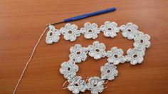 На первом цветочке начали вязать 4-ый лепесток, от его вершинки набрать 11 петель для перехода к следующему ряду цветочков.