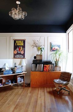 living room with black ceiling and white walls and light wood floors Dark Ceiling, Blue Ceilings, Colored Ceiling, Painted Ceilings, Black Ceiling Paint, Blue Ceiling Bedroom, Ceiling Color, Blue Bedroom, Trendy Bedroom