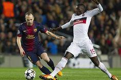 El centrocampista del FC Barcelona Andrés Iniesta pelea un balón con el delantero del AC Milan M'Baye Niang. | FC Barcelona 4-0 AC Milan. | FC Barcelona 4-0 AC Milan. [12.03.13]