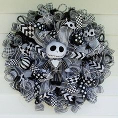 15 Spooky Deco Mesh Halloween Wreaths to Decorate Your Door - - Add some colour and whimsical charm to your front door this October with one of these fabulous deco mesh Halloween wreaths. Disney Halloween, Spooky Halloween, Halloween Door Wreaths, Halloween Deco Mesh, Halloween Door Decorations, Halloween Crafts, Christmas Wreaths, Halloween Ideas, Winter Wreaths