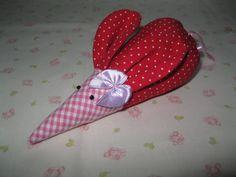 Liebevoll genähtes Mäuschen aus Baumwollstoff. Als Augen wurden kleine Perlen verwendet. Außerdem wurde am linken Ohr eine Satinschleife angenäht.  ...