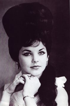 Young Priscilla Presley in a White Blouse with a Beehive. This was how Elvis liked her to dress. Young Priscilla Presley, Elvis Presley Family, Elvis And Priscilla, Elvis Presley Photos, Lisa Marie Presley, Norma Jeane, Feathered Hairstyles, Short Hairstyles For Women, 1960s Hairstyles