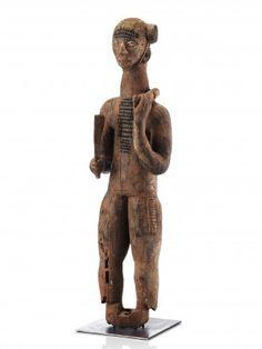 111 Schreinfigur Idoma, Nigeria H 135 cm.   Provenienz: Carlo Monzino (1931-1996), Castagnola.  Im den Gebieten Zentral-Nigerias, entlang des Benue- und Niger-Flusses gehen die Formensprachen der vielen verwandten Ethnien, wie z.B. die der Idoma, Igala, Igbo, Ibibio, Igbira nahtlos ineinander über.