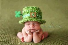 Adorable bébé dans une position pas courante..