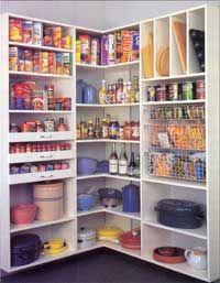 Armazene itens em sua prateleira por categoria.<br /> Uma despensa bem planejada pode <br />guardar muito mais que alimentos, <br />incluindo louças e panelas.