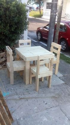 This is a quite innovative crafted wood pallet furniture set which you would love to add it in your house. This furniture set is all comprised with the four seated chair and yet the center table piece work. The images shows that the crafting of the furniture with the wood pallet is durable and done on longer lasting existing terms.