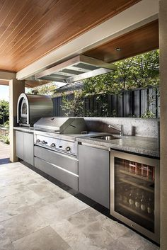 Get outdoor kitchen ideas from thousands of outdoor kitchen pictures. Learn about layout options, sizing, planning for appliances, cost, and more. #OutdoorKitchenIdeas #OutdoorKitchenIdeasarchitecture #OutdoorKitchen #KitchenArchitecture #outdoorkitchenappliancespictures