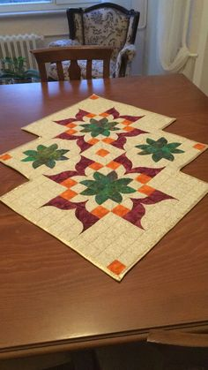 Need this table runner pattern. Quilted Table Runners Christmas, Patchwork Table Runner, Christmas Runner, Table Runner And Placemats, Table Runner Pattern, Quilt Block Patterns, Pattern Blocks, Pattern Ideas, Plastic Canvas Coasters