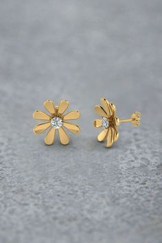 Daisy Flower Stud Earrings for Women with Diamonds in Yellow Gold exclusively styled by Fascinating Diamonds Source by charmandfinch Diamond Studs, Diamond Jewelry, Gold Jewelry, Fine Jewelry, Gold Bracelets, Gold Studs, Diamond Earrings Indian, Gold Necklaces, Black Jewelry