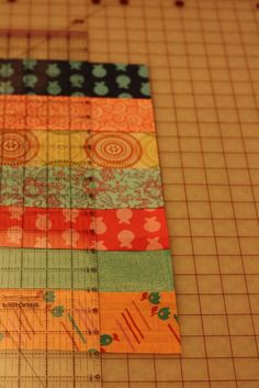 How to Make Simple Beginner Quilts Homemade holidays: cheater quilts - Frugal by Choice, Cheap by Necessity Quilting For Beginners, Quilting Tutorials, Quilting Projects, Quilting Designs, Sewing Projects, Quilting Tips, Strip Quilts, Scrappy Quilts, Easy Quilts