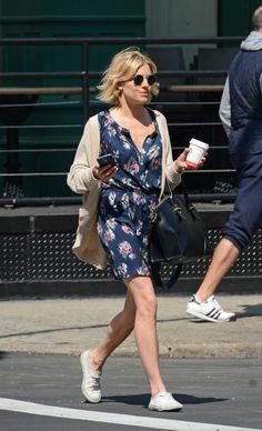 look sienna miller vestido floral tênis