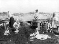 Pyykinpesijöitä Leppäsuolla 1907. Työläisperheiden niukkaan toimeentuloon hankittiin näin lisäansioita. Kuva: Signe Brander.