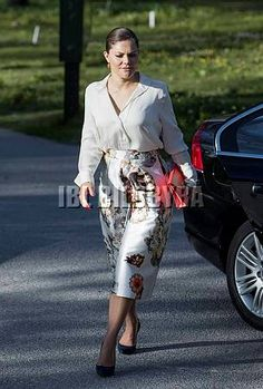 Crown Princess Victoria attended the Friends of the Swedish Institute in Rome's anniversary celebration and annual meeting British Royal Families, Annual Meeting, Royal Dresses, Crown Princess Victoria, Royal House, Royal Fashion, Anniversary, Celebrities, Royals