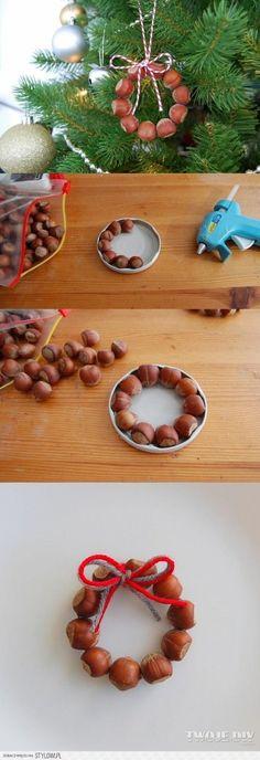 Dagli 8 anni. Addobbi albero di classe o pensierino per casa. (I think that means 'how to make hazelnut wreath ornaments'.)