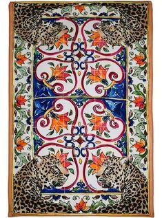 f127f4682595f Adeus, canga: toalhas fashionistas serão as melhores aliadas no verão. Dolce  & Gabbana ...