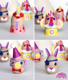 Uova di Pasqua decorate con cartoncino colorato