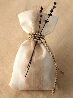 Μπομπονιέρα γάμου - Πουγκί με δαντέλα και λεβάντα Homemade Wedding Favors, Favor Bags, Wedding Styles, Wedding Ideas, Bucket Bag, Wedding Gifts, Burlap, Wedding Decorations, Reusable Tote Bags